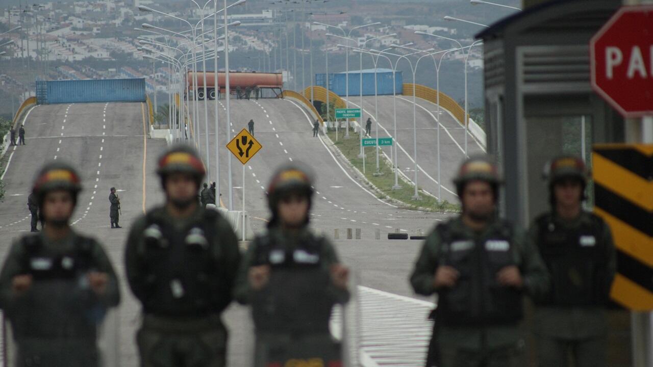 Un tanque de combustible, contenedores de carga y miembros de la Guardia Nacional de Venezuela bloquean el paso vehicular en el puente transfronterizo de Tienditas entre Colombia y Venezuela, el 8 de febrero de 2019.
