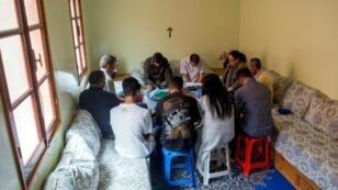 مغربيون اعتنقوا المسيحية يصلون في أغادير في 22 نيسان/ابريل 2017