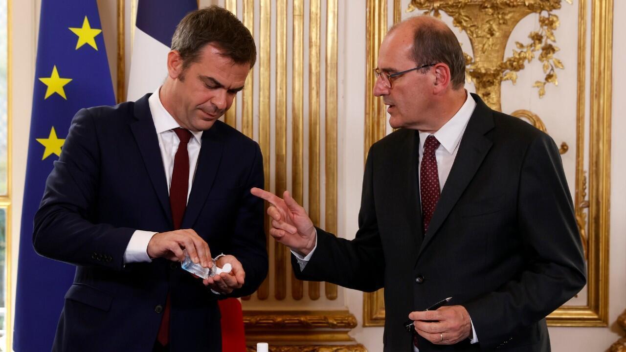 """El ministro de Salud francés, Olivier Véran, y el primer ministro, Jean Castex, se preparan para firmar los """"acuerdos de Ségur"""" en materia de sanidad en París este 13 de julio de 2020."""