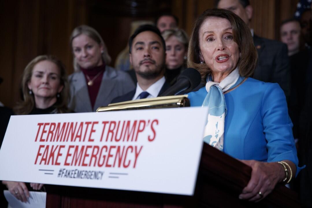 La presidenta de la Cámara de Representantes, Nancy Pelosi, habla durante una conferencia de prensa el lunes 25 de febrero para anunciar una resolución que pone fin a la declaración del presidente Trump de una emergencia nacional en la frontera sur.