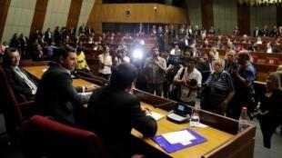 El presidente de los diputados del Congreso, Pedro Alliana, asiste a una sesión para evaluar la renuncia del presidente paraguayo Horacio Cartes en el Congreso de Asunción.