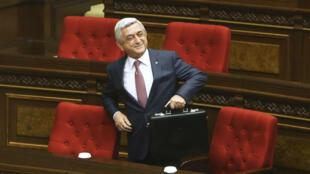 El ahora primer ministro de Armenia, Serge Sargsián a su llegada a la Asamblea Nacional, previo a la votación de los diputados