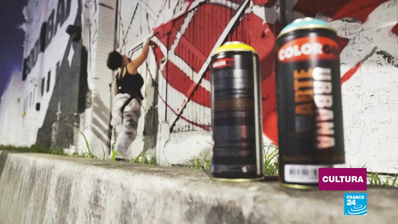 La grafitera brasileña Amora, dedicada a la mujer y a la afrodescendencia, cubre uno de los 16 murales que hacen parte de 'Rua Walls', idea concebida en 2015 por la productora Visionartz.