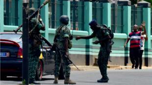 Des soldats mutins stationnent devant le quartier général de l'armée ivoirienne, à Abidjan, le 12 mai 2017.