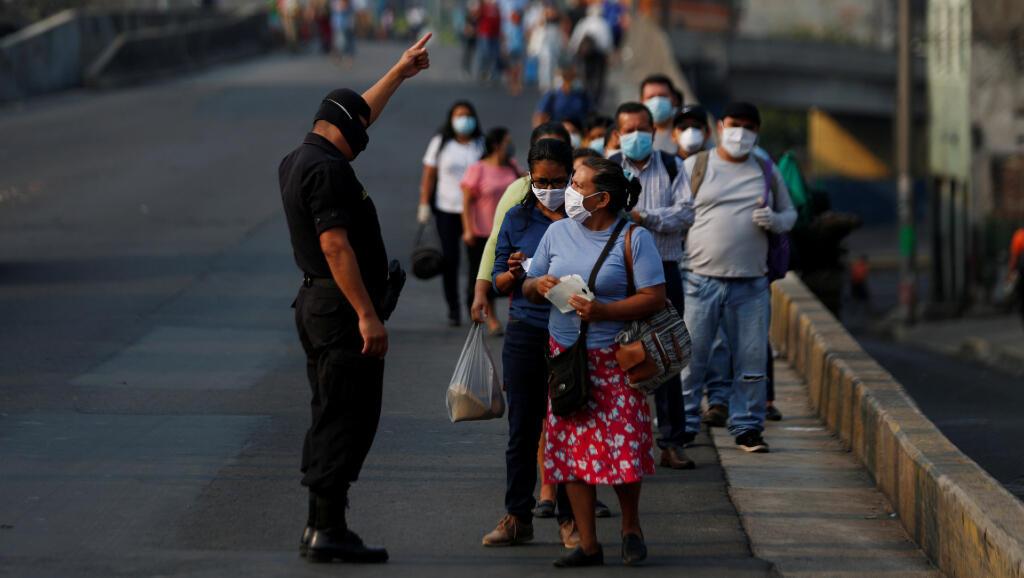 Las autoridades hacen un control de documentos en la capital de El Salvador el 22 de abril de 2020, como parte de las medidas que ordenó el presidente Nayib Bukele durante la pandemia del Covid-19.