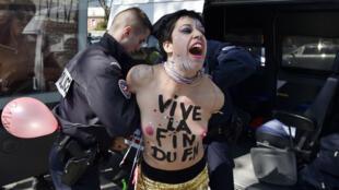 La police a interpellé plusieurs militantes Femen venues perturber un banquet organisé par le Front national le 1er mai 2016.