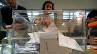 Un miembro de una comisión electoral verifica los votos durante las elecciones generales de España en un colegio electoral en Madrid, España, el 28 de abril de 2019.