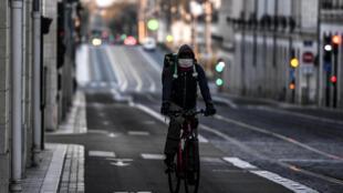 Livreur à vélo dans une rue d'Orléans, le 23 mars 2020.
