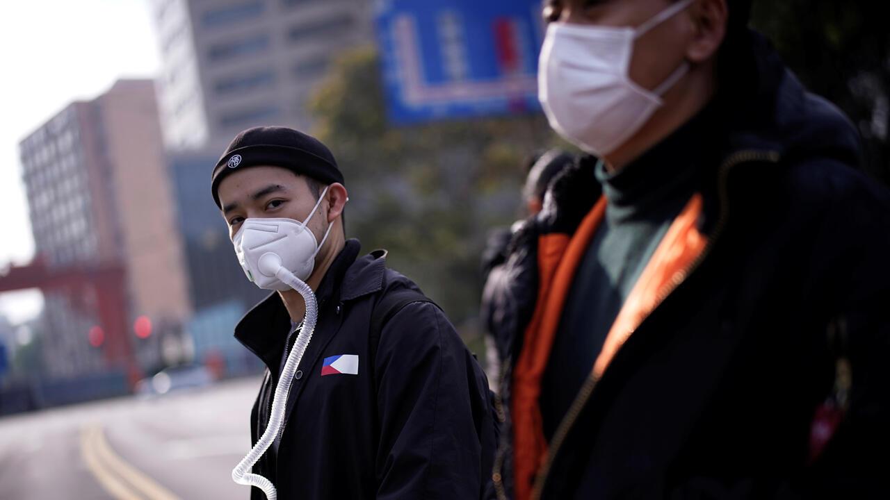 Transeúntes con máscaras protectoras en Shanghái, China, el 10 de marzo de 2020.