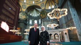 صورة وزعتها خدمة الصحافة في الرئاسة التركية تظهر الرئيس رجب طيب إردوغان إلى جانب زوجه أمينة في آيا صوفيا، 23 تموز/يوليو 2020