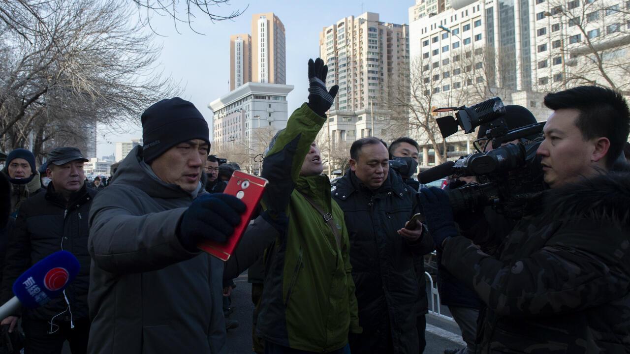 Le contestataire Yang Chunlin juste avant son interpellation mercredi 26 décembre à Tianjin près du palais de justice..