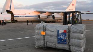 Un avion russe attend le chargement de matériel médical français à destination de la Syrie, à l'aéroport de Châteauroux, le 20 juillet 2018.
