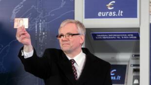 Le ministre des Finances de la Lituanie tient un billet en euro, le 1er janvier 2015.