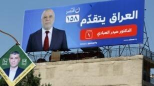 ملصق انتخابي ضخم لرئيس الوزراء العراقي حيدر العبادي في بغداد في 27 نيسان/أبريل 2018