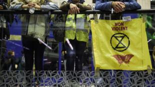 Des manifestants à l'intérieur du centre commercial Italie 2 durant une occupation des lieux à l'initiative d'Extinction Rebellion, à Paris, le 5 octobre 2019.