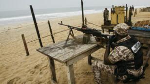 Un soldat ivoirien garde la plage de Grand-Bassam, le 18 mars 2016.