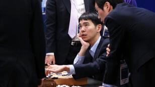 Lee Sedol analyse sa défaite contre AlphaGo après la fin de la dernière partie.