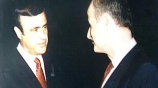 الرئيس الراحل حافظ الأسد (يمين) وشقيقه رفعت في 1986 في لندن