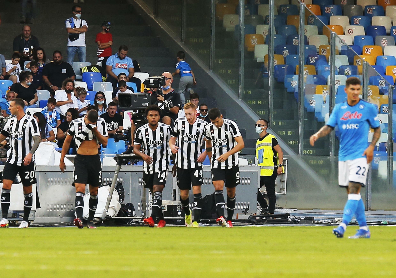 La gioia dei giocatori del Torino dopo che l'attaccante spagnolo Alvaro Morata (E) ha segnato contro il Napoli in Serie A, l'11 settembre 2021, allo Stadio Diego Armando Maradona