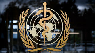 شعار منظمة الصحة العالمية في مقرها في جنيف بتاريخ 9 آذار/مارس 2020