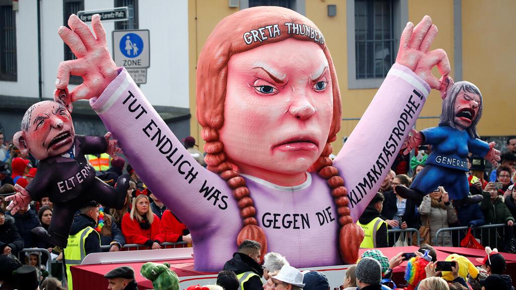 """Una figura que representa a la activista climática sueca Greta Thunberg aparece en el desfile """"Rosenmontag"""" (Lunes de las Rosas) en Dusseldorf, Alemania, 4 de marzo de 2019."""