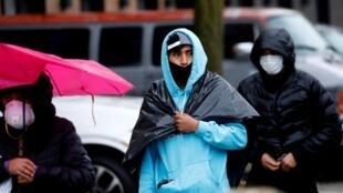 Varios residentes del barrio de Brooklyn, en Nueva York, EE. UU., se dirigen a recibir ayudas alimenticias en una imagen del 24 de abril de 2020.