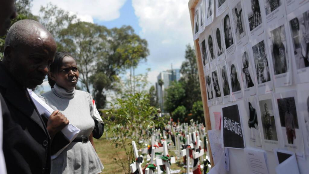 Des personnes observent dans le Uhuru Park de Nairobi, mercredi 8 avril, le mur des victimes de l'attaque de l'université de Garissa.