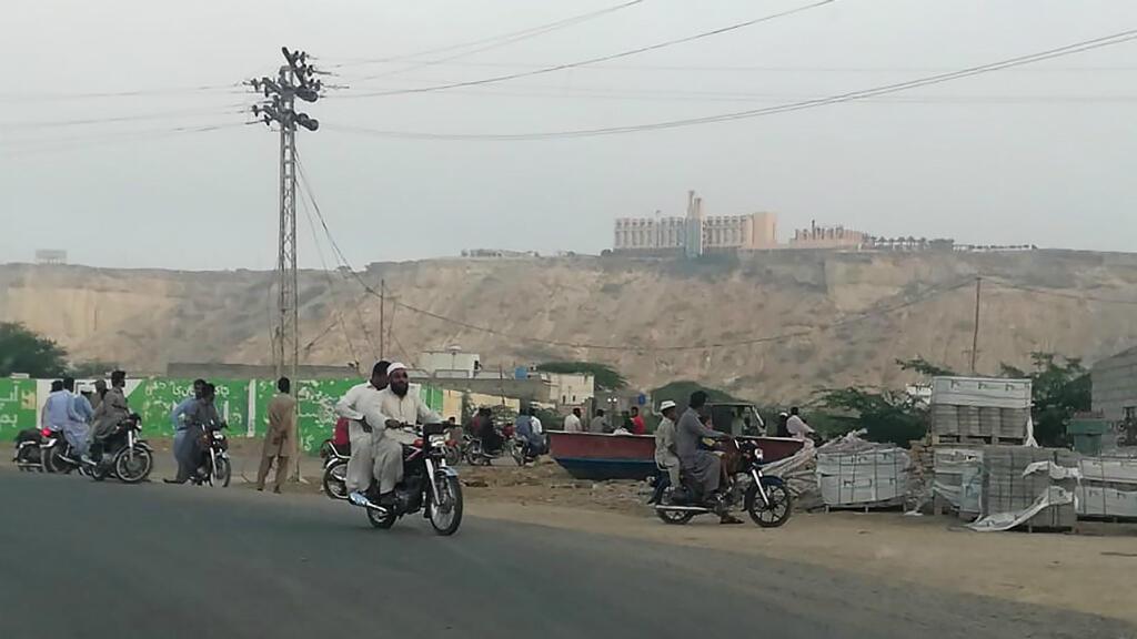 El 11 de mayo de 2019, residentes pakistaníes observan desde una carretera el hotel Pearl Continental, donde tuvo lugar un ataque que se atribuyó el grupo separatista Ejército de Baluchistán ese día.