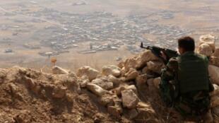 مقاتل كردي من البشمركة يراقب في أحد المواقع شرق الموصل في 6 آب/أغسطس 2015