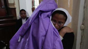 Une femme embrasse une religieuse dans la basilique San Sebastian de Diriamba, au Nicaragua, lundi 9 juillet 2018.