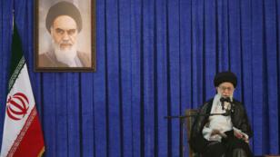 El líder supremo de Irán, el ayatolá Alí Jamenei, pronuncia un discurso durante una ceremonia que conmemora el aniversario de la muerte del fundador de la República Islámica, el ayatolá Ruhollah Jomeini, en Teherán, Irán, el 4 de junio de 2017.