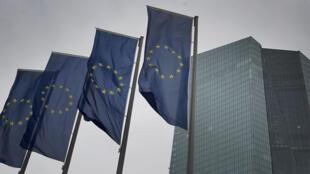Cuatro banderas de la UE ondean frente a la sede del Banco Central Europeo, en una imagen tomada el 12 de marzo de 2020 en la ciudad alemana de Fráncfort
