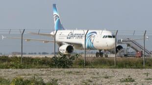 Un Airbus A320 de la compagnie EgyptAir a atterri dans l'aéroport de Larnaca à Chypre vers 9 heures (GMT +2).