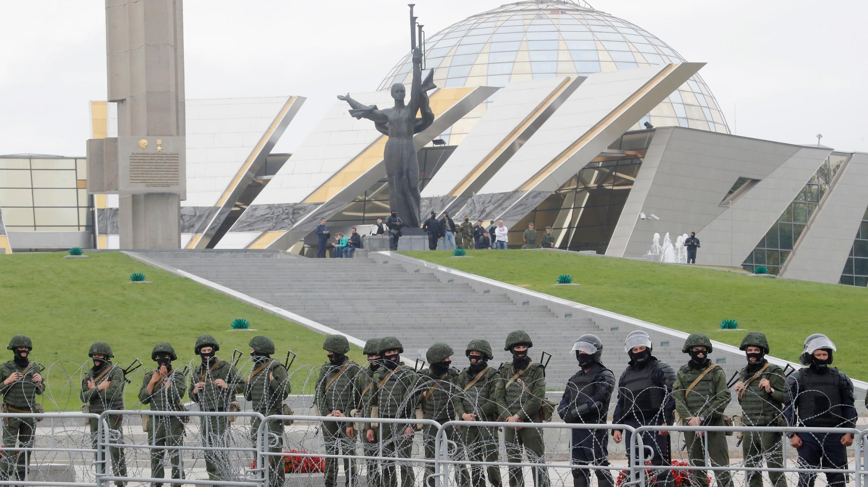 Policías antidisturbios bloquean el área durante las protestas en Minsk, Bielorrusia, el domingo 23 de agosto de 2020.