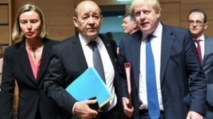 وزير الخارجية الفرنسي جان إيف لودريان متوسطا نظيره البريطاني بوريس جونسون ووزيرة الخارجية الأوروبية فيديريكا موغيريني في لوكسمبورغ في 16 نيسان/أبريل
