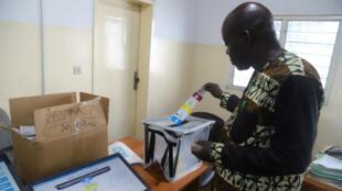 Un trabajador de la Comisión Electoral (CENI) prueba una máquina de votación el 24 de diciembre de 2018, días previos a la votación presidencial.