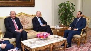 صورة نشرتها الرئاسة المصرية/ عبد الفتاح السيسي (يمين) مستقبلا لوران فابيوس (وسط)