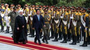 El presidente iraní, Hasan Rohani, camina con el primer ministro de Japón, Shinzo Abe, durante una ceremonia de bienvenida en Teherán, Irán, el 12 de junio de 2019.