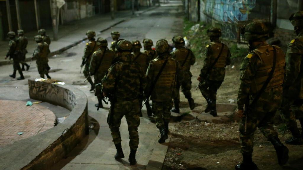Militares patrullan por una calle de Bogotá durante un toque de queda en la ciudad. Bogotá, Colombia, el 22 de noviembre de 2019.