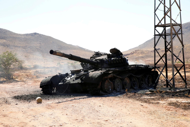 Un tank détruit de l'armée du maréchal Haftar dans le sud de Tripoli, le 27 juin 2019