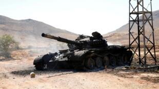 Un tank détruit de l'armée du maréchal Haftar, dans le sud de Tripoli, le 27 juin 2019.