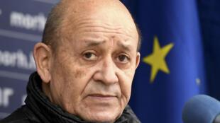 Le ministre des Affaires étrangères français Jean-Yves Le Drian à Petrinja, en Croatie, le 14 janvier 2021
