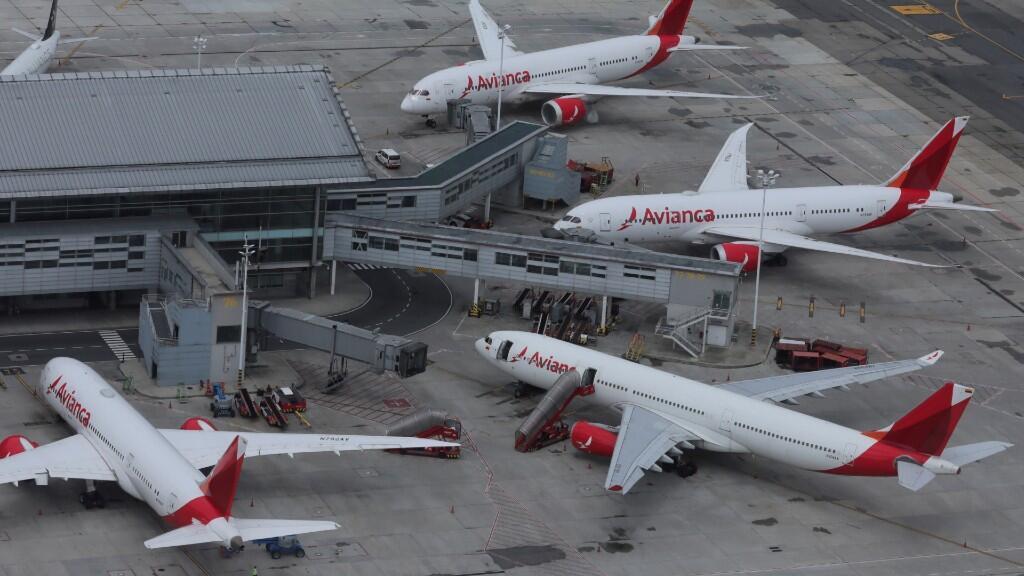 Esta imagen aérea muestra varios aviones estacionados de la compañía colombiana Avianca, como motivo de la crisis sanitaria del coronavirus. En el Aeropuerto de El Dorado, en Bogotá, Colombia. 7 de abril de 2020.
