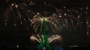 Des feux d'artifice illuminent la Tour Eiffel à Paris à l'occasion de la fête nationale le 14 juillet 2020.