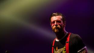 Jesse Hughes, le chanteur du groupe Eagles of Death Metal, lors d'un concert à Bruxelles, le 25 février 2016.