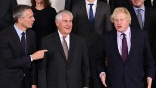 وزير الخارجية الأمريكي تيلرسون متوسطا نظيره البريطاني جونسون (يمين) وأمين عام الحلف الأطلسي باجتماع الحلف 31 مارس 2017