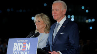 El precandidato presidencial demócrata Joe Biden y su esposa Jill participan de un acto de campaña en Filadelfia, Pensilvania, el 10 de marzo de 2020.