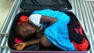صورة وزعها الدرك الإسباني في 8 ايار/مايو 2015 لطفل من ساحل العاج اختبأ في حقيبة