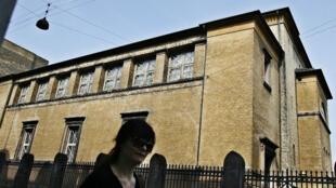 Des policiers danois à proximité de la synagogue visée par une attaque, dimanche 15 février, à Copenhague.