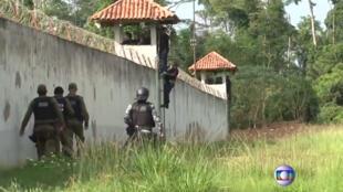 Unidades de policía y autoridades penitenciarias mientras hacían una ronda a los alrededores de la cárcel de Altamira el 29 de julio de 2019.